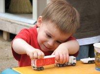 chłopiec bawiący się zabawkami
