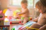 niemowlak z zabawkami
